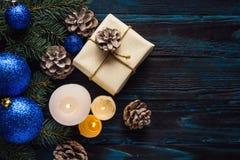 Ветви дерева, конусы сосны украшений рождества и рождества, голубые игрушки рождества на деревянной предпосылке основное упаковыв Стоковая Фотография RF