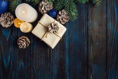 Ветви дерева, конусы сосны украшений рождества и рождества, голубые игрушки рождества на деревянной предпосылке основное упаковыв Стоковое Изображение RF