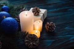 Ветви дерева, конусы сосны украшений рождества и рождества, голубые игрушки рождества на деревянной предпосылке основное упаковыв Стоковое Фото