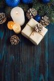 Ветви дерева, конусы сосны украшений рождества и рождества, голубые игрушки рождества на деревянной предпосылке основное упаковыв Стоковое Изображение