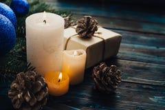 Ветви дерева, конусы сосны украшений рождества и рождества, голубые игрушки рождества на деревянной предпосылке основное упаковыв Стоковые Изображения RF