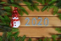 Ветви дерева Нового Года, снеговик и ручной работы надпись 2020 стоковая фотография rf