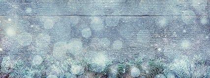 Ветви ели и светлое Bokeh на деревянной предпосылке, праздничном знамени с космосом экземпляра Стоковое Фото
