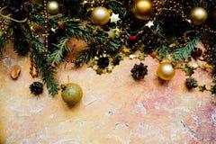 Ветви ели рождества с различным украшением, сверкная шариками и конусами сосны зима снежка положения праздников мальчика Граница  стоковые фотографии rf