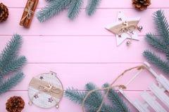Ветви ели с игрушками рождества на розовой предпосылке стоковое изображение rf