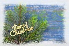 Ветви игл сосны на снежном голубом деревянном винтажном backgrou Стоковые Изображения