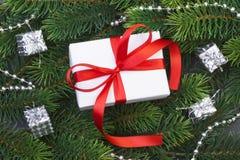Ветви подарочной коробки и рождественской елки Стоковое Изображение