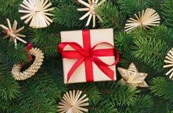 Ветви подарочной коробки и рождественской елки Стоковое Изображение RF
