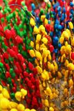 Ветви покрашенной вербы красного цвета, голубых и зеленых цветов желтого цвета, на рынке цветка Стоковые Фотографии RF