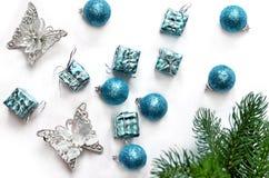 Ветви подарка, шариков, бабочки и ели рождества Взгляд сверху Стоковое Фото