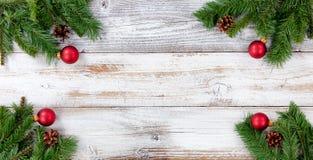 Ветви рождества вечнозеленые и красные украшения шарика во всем cor стоковое фото