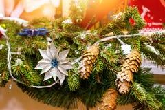 Ветви рождества елевые с украшениями конусов Стоковая Фотография RF