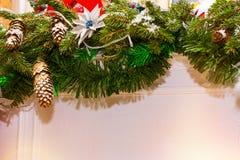 Ветви рождества елевые с украшениями конусов Стоковое Фото