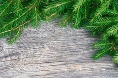 Ветви рождественской елки на деревянной предпосылке Скопируйте космос, верхнюю часть VI стоковое изображение
