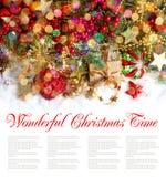 Ветви рождественской елки с красными безделушками и золотыми украшениями стоковая фотография