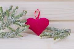 Ветви сердца и ели на деревянной поверхности Стоковая Фотография RF