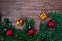 Ветви сосны и украшения рождества на деревянной предпосылке Стоковое Изображение