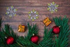 Ветви сосны и украшения рождества на деревянной предпосылке Стоковое фото RF
