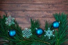 Ветви сосны и украшения рождества на деревянной предпосылке Стоковые Изображения RF
