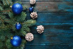 Ветви сосны украшений Нового Года и рождества, конусы, голубые игрушки рождества на деревянной предпосылке Стоковое фото RF
