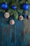 Ветви сосны украшений Нового Года и рождества, конусы, голубые игрушки рождества на деревянной предпосылке Стоковая Фотография RF