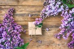Ветви blossoming фиолетовой сирени, обернутой подарочной коробки Стоковые Изображения RF