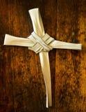 Ветвь ладони на старом деревянном месте на массе воскресенья Стоковое фото RF
