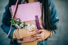 Ветвь весны в ее руках стоковые фотографии rf