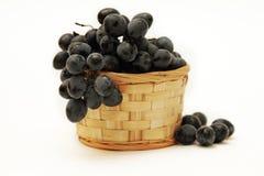 Ветвь виноградины в корзине Стоковое фото RF