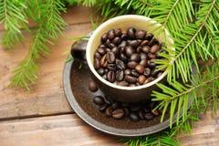 Ветвь зеленых ели рождества и чашки  Стоковые Фото