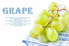 Ветвь зеленых свежих виноградин на голубом полотенце Стоковые Изображения RF