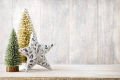 Ветвь и оформление ели рождества, на деревянной предпосылке Стоковые Изображения RF