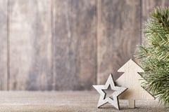 Ветвь и оформление ели рождества, на деревянной предпосылке Стоковое Изображение RF