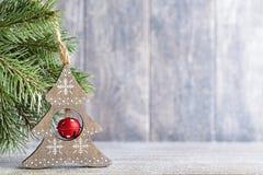Ветвь и оформление ели рождества, на деревянной предпосылке Стоковые Изображения