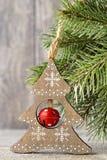 Ветвь и оформление ели рождества, на деревянной предпосылке Стоковое Изображение