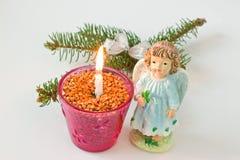 ветвь и свеча Мех-дерева на белой предпосылке Figurine  Стоковая Фотография