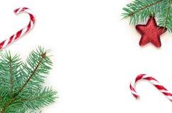 Ветвь, конфета и звезда ели на белой предпосылке Взгляд сверху Стоковые Фотографии RF