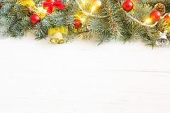 Ветвь подарочной коробки и ели рождества на деревянном столе Взгляд сверху с космосом экземпляра Стоковые Изображения