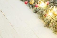 Ветвь подарочной коробки и ели рождества на деревянном столе Взгляд сверху с космосом экземпляра Стоковое Изображение