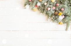 Ветвь подарочной коробки и ели рождества на деревянном столе Взгляд сверху с космосом экземпляра Стоковая Фотография