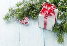 Ветвь подарочной коробки и ели рождества Стоковые Изображения