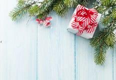 Ветвь подарочной коробки и ели рождества Стоковые Изображения RF