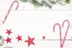 Ветвь рождественской елки с тросточкой конфеты на деревянном столе взгляд сверху, Стоковое Изображение