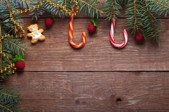 Ветвь рождественской елки, тросточка конфеты и декоративные элементы на w Стоковое Изображение
