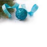 Ветвь рождественской елки и голубых шарика и ленты Стоковая Фотография RF