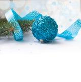 Ветвь рождественской елки и голубых шарика и ленты Стоковые Изображения