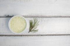 Ветвь сосны с мор-солью на белой предпосылке стоковые изображения rf