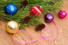 Ветвь сосны с шариками и конусами ели Стоковая Фотография RF