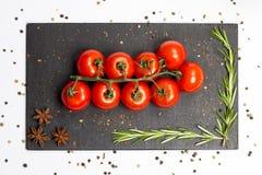 Ветвь томатов вишни зрелых, розмариновое масло, allspice, анисовка, фотография еды Стоковая Фотография RF