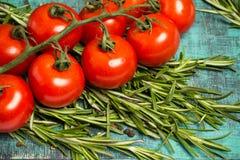 Ветвь томатов вишни зрелых, свежее розмариновое масло, фотография еды Стоковые Изображения RF